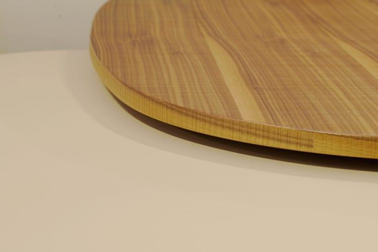 Cận cảnh chi tiết mặt bàn gỗ với vân đẹp hoàn hảo