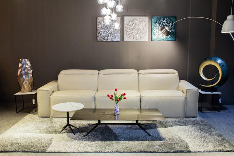 Sofa da thật EE87 văng 3 mà trắng sữa khiến cho phòng khách thêm thanh lịch và bừng sáng