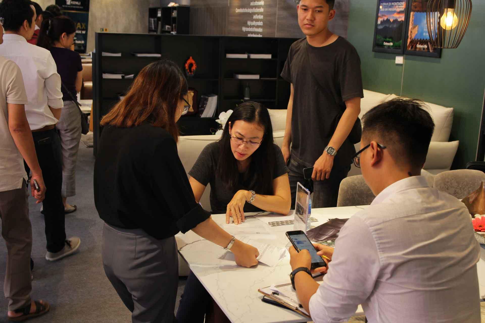 ký đơn hàng ngay tại triển lãm