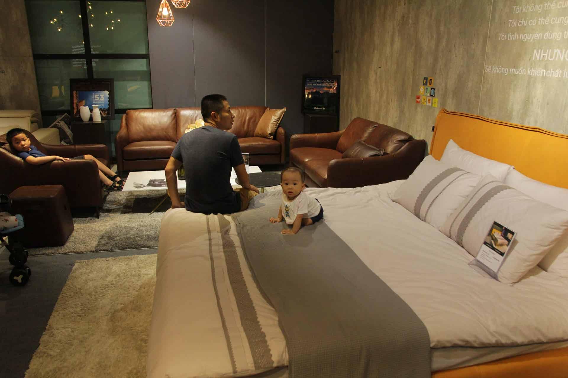 khách hàng trải nghiệm sản phẩm giường của kenli