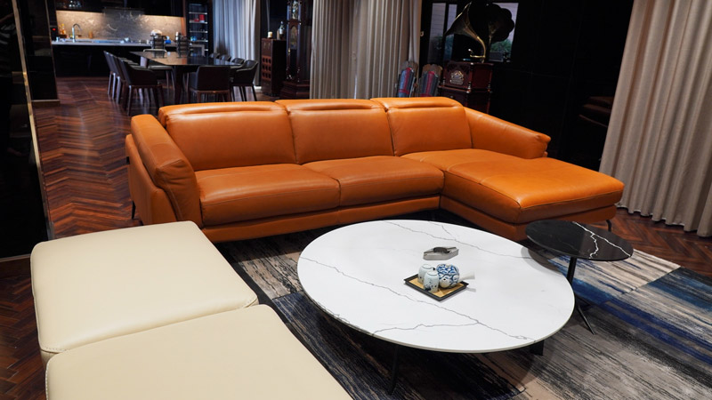 Sofa da màu nâu