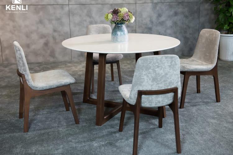 Với thiết kế mặt bàn tròn tạo cảm giác ấm cúng