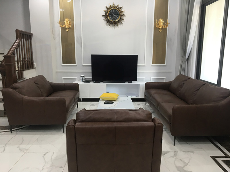 Sofa da thật E130 và bàn trà Vast tại nhà anh Hoàng Anh