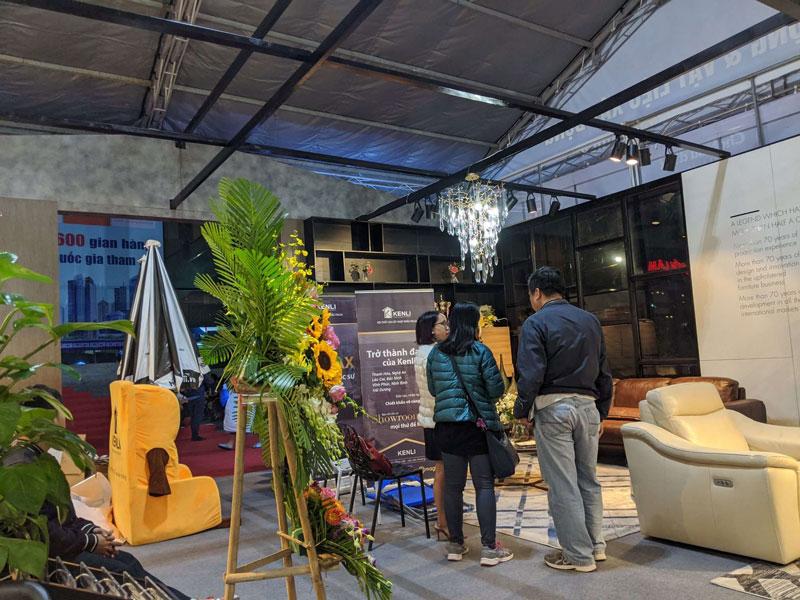 Khách đến mua Sofa tại gian hàng Kenli