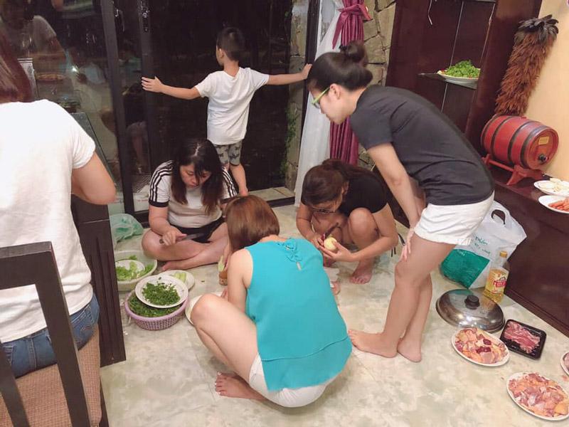 mọi người chuẩn bị bữa tối