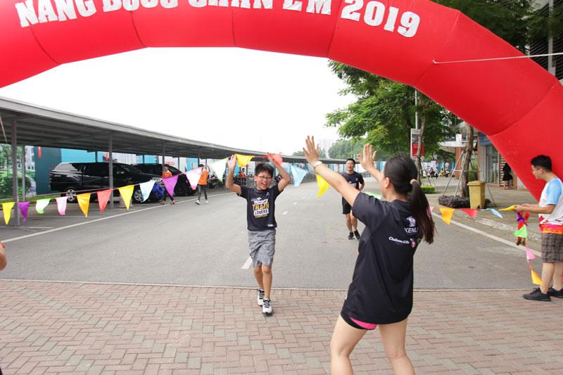nhân viên kenli tham dự giải chạy