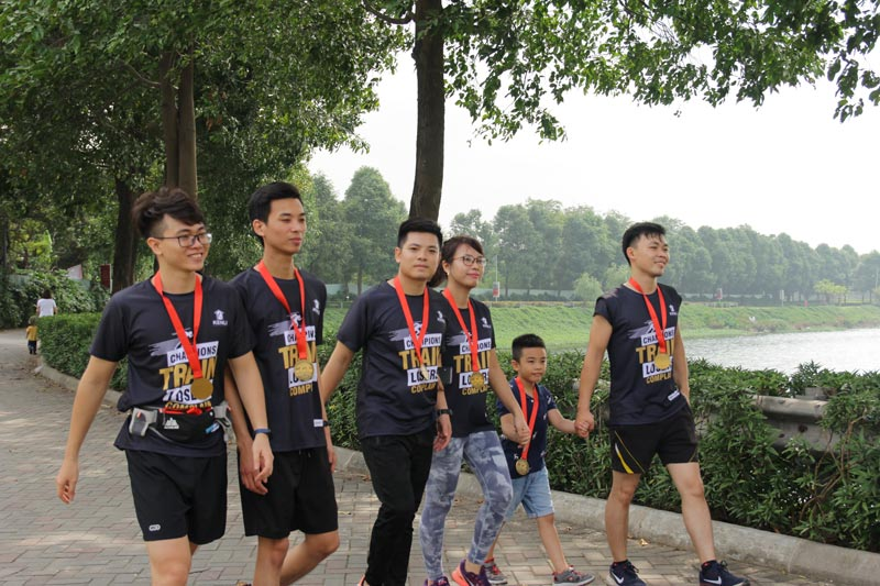 mọi người tham dự giải chạy thiện nguyện