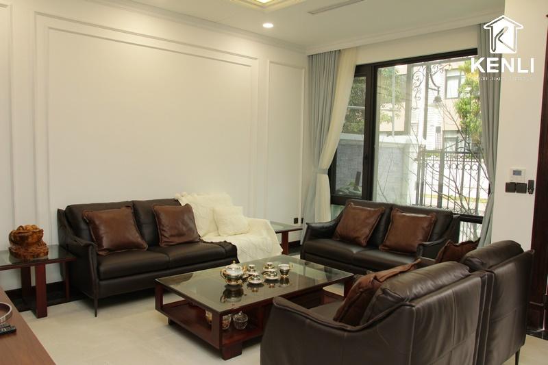 Ghế sofa da phòng khách nhà chú Lê