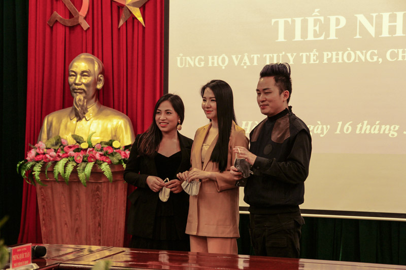 cùng ca sĩ Tùng Dương chung tay đẩy lùi COVID-19