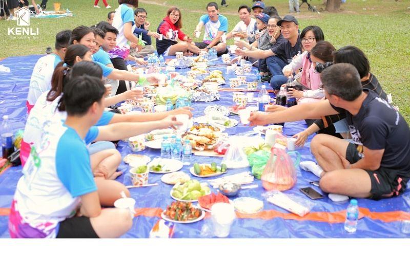 gia đình Kenli picnic vui vẻ