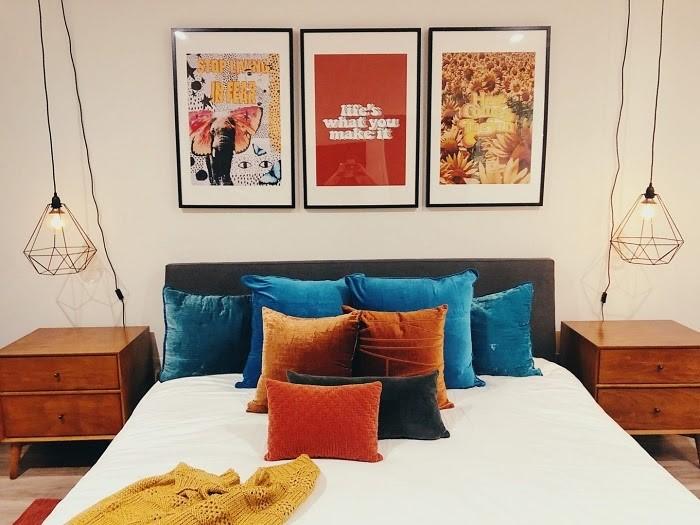 Điểm nhấn của các phòng là hai chiếc đèn treo cổ điển, tạo cảm giác ấm áp