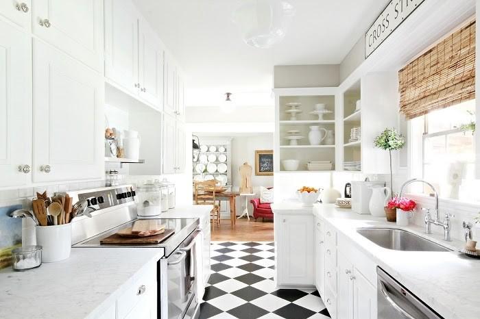 Phòng bếp tông trắng lát gạch Caro cổ điển và sáng sủa