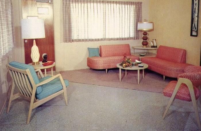 Bố cục cổ điển và màu sắc của phòng khách mang đậm tính Retro 1950s