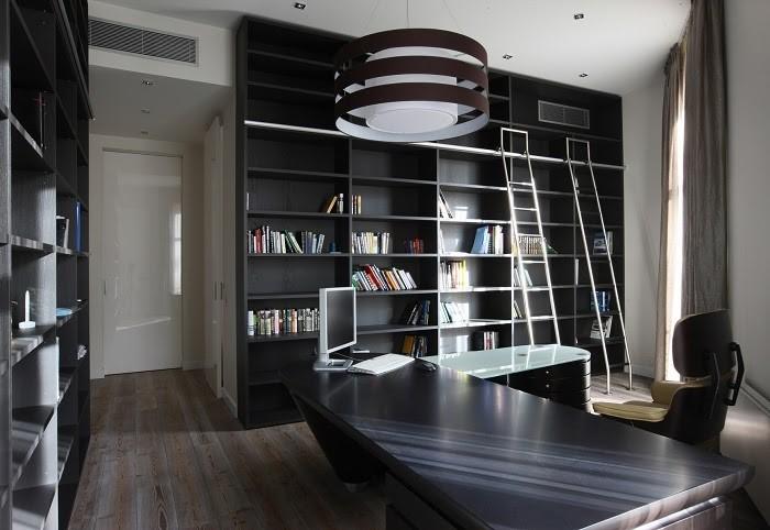 Phòng làm việc hiện đại với giá sách và đèn thông minh