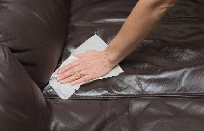 Sử dụng khăn lau sạch vết ẩm mốc