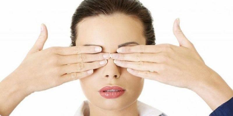 Cách úp mắt để thư giãn khi mệt mỏi