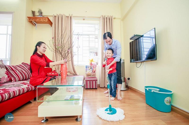 Gia đình cùng nhau dọn dẹp nhà cửa đón Tết