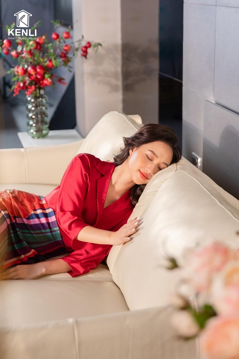 Chọn màu sắc ghế sofa phòng ngủ cân đối với gam màu của phòng